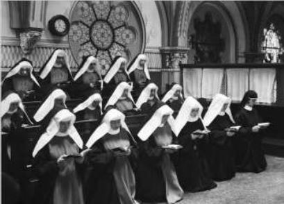 De zusters in koorgebed op de nonnengalerij in 1933 tijdens het 75-jarig jubileum.